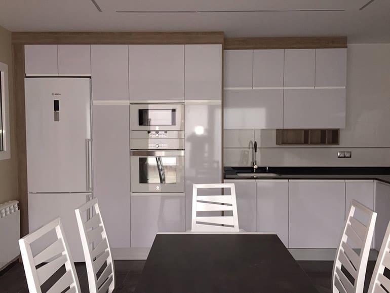 Muebles de cocina, armarios, encimera, mesa y sillas
