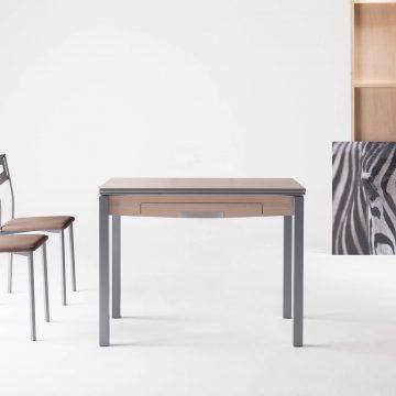 Mesa extensible con cajón color madera